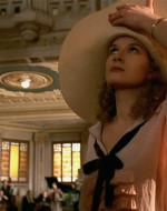 """Aggirandosi per la hall, Ada si accorge che tutto l'albergo è pieno di camicie nere. Da una di loro, con estrema riservatezza, Ottavio compra qualcosa. Il suo denaro in cambio di una dose di cocaina nascosta in un fez. Il galoppino in camicia nera trova pure il tempo di fare lo spiritoso: """"Qui si fa l'Italia, professò!"""" ."""