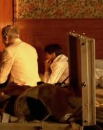 """Una volta tornati nella suite, Ada e Alfredo preparano le valigie, intenzionati ad allontanarsi dai """"cafoni in divisa"""" che alloggiano in quell'albergo. Vogliono proseguire la loro vacanza a sud, a Taormina.  //  OTTAVIO (sorridendo): Con questa si va ancora più a sud!  //  Poi si siede sul bordo del letto a preparare in religioso silenzio le dosi. Alfredo lo segue, eccitato come un bambino.  //  ALFREDO: Cocaina? Voglio provarla anch'io!"""