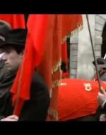 Tutto il paese è sceso in piazza e ora scorre in fila, davanti alle bare avvolte dalle bandiere rosse.