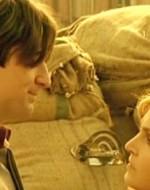 Mentre Giovanni Berlinghieri invoca il rispetto, l'acida Regina si avvicina ad Alfredo.  //  REGINA: Ma che bravo il mio cuginetto!  //  ALFREDO: Grazie. Vedrai che so fare anche di meglio!