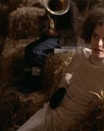 Per tutta risposta, Alfredo la spinge su una parete di fieno.  //  ADA: Mi chiamo Ada Chiostri Polan. Ho 21 anni, la peggiore età della vita.