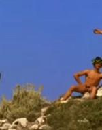 """Ottavio sta fotografando tre giovani completamente nudi in pose buffamente classicheggianti e con in capo delle corone di alloro. I tre si  rivolgono ad Ada che vuole sapere cosa facciano lì: """"Noi siamo le divinità boscherecce… che tengono nu poco di fame!"""""""