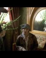 In un angolo del salone, Regina si lascia cadere su un divano tra la madre, Amelia, e la zia, Eleonora.  //  AMELIA: E' bella! Troppo bella per una moglie. // ELEONORA: Non sarà mai una moglie. Ada è un'amante. // REGINA: Sì, dei miei coglioni! Quella a letto non vale niente. Se dura un anno, è già molto.