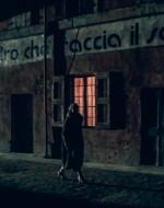 Ora Ada attraversa la corte dei Dalcò. Una voce infantile la ferma. E' la voce della piccola Anita che la invita a entrare dentro casa.