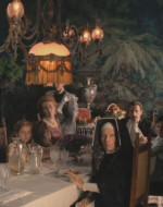 Sala da pranzo di Villa Berlinghieri. Attorno al tavolo siedono i commensali: Giovanni con la moglie Eleonora e il figlioletto Alfredo. Accanto a loro Amelia, sorella di Eleonora, e la figlia Regina. E poi c'è suor Desolata. Il vecchio Alfredo Berlinghieri appare dalla stanza accanto, guarda i familiari con disprezzo e chiede che il nipote gli porti la cena in camera.