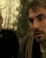 Il pestaggio di Olmo continua finché arriva, provvidenziale, una voce.  // MENDICANTE: Io so chi ha ammazzato il bambino! Ho stato io.  // Attila, fuori di sé, afferra il mendicante e lo colpisce al volto violentemente, con uno schiaffo.
