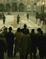 Guidato da Attila, il gruppo si è spinto sulla piazza. La sfida è ormai aperta, la loro vittoria è annunciata.  //  ATTILA (ai suoi camerati): Che cosa facciamo fare ai comunisti? (in coro) Cacare! E a quelli della Lega? (in coro) Cacare sangue!   //  FINE DEL PRIMO ATTO