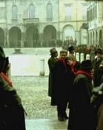 I due restano abbracciati ai margini della piazza.