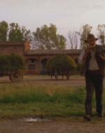 Il vecchio Leo si incammina verso casa, lentamente. L'ultimo morso all'anguria lo dà sulla porta della stalla, fissando il corpo del padrone che si è impiccato a una trave.