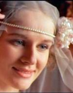 Ada reagisce a quella manifestazione di odio con ironia. Si toglie il proprio velo da sposa e lo sistema sulla testa di Regina.  // ADA: Eccoti al mio posto. Come sei carina! Come una sposa.