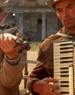 """Un fisarmonicista e un violinista suonano """"Speranze perdute""""."""
