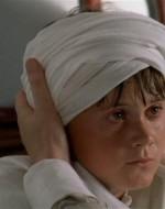 E' lo zio Ottavio che si sfila la sciarpa e incomincia ad arrotolarla attorno al capo del bambino, improvvisando un turbante.