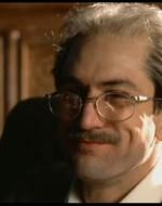 Nella sala da pranzo, Alfredo Berlinghieri, quarantacinque anni, sta iniziando la colazione del mattino con un uovo alla coque. Leonida gli si piazza davanti col fucile spianato.  //  LEONIDA: Evviva Stalin!  //  Teresita, la serva giovane, colpisce con un gran ceffone il bambino che alza il fucile e lascia partire un colpo. Alfredo, calmissimo, si rivolge a Leonida con un sorriso disarmante.  //  ALFREDO: Evviva Stalin...