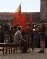 UOMO DEL CNL (parlando con l'altoparlante): Noi siamo qui… in rappresentanza del Comitato di Liberazione Nazionale… Rappresentiamo i democratici, rappresentiamo i liberali, rappresentiamo i socialisti, rappresentiamo i comunisti, rappresentiamo il Partito d'Azione.  //  Alfredo vorrebbe alzarsi dalla sedia ma Leonida, che lo sorveglia col fucile spianato, glielo impedisce.  // UOMO DEL CLN: Il Comitato di Liberazione Nazionale ha assunto tutti i poteri soprattutto per quanto riguarda l'ordine pubblico finché non subentrerà un'autorità costituita. E allora, cari amici… non vi resta che aderire alla decisione del Comitato di Liberazione… e depositare le armi. Questi sono gli ordini.  // E' una doccia fredda, e i contadini reagiscono accerchiando minacciosamente il dirigente del CLN…