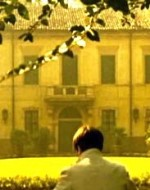 Tutte le finestre della Villa sono chiuse, sbarrate. Come la porta d'ingresso. Alfredo prova a entrare dalla cucina. Quando arriva al pianterreno, nota i telegrammi di condoglianze ammucchiati su un tavolo e la pelliccia di suo padre sull'attaccapanni.
