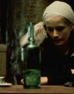 Alfredo entra in un osteria immersa nel cuore della città povera. La sala è deserta tranne due tavoli. Uno è occupato da due carbonai e all'altro siede Ada. E' ubriaca, davanti a una bottiglia semivuota. // ALFREDO: Sai da quant'è che ti cerco? // ADA: Non posso più bere a casa mia perché i liquori sono sotto chiave. Non posso bere nei caffè del centro perché mi hai fatto interdire. E allora vado nelle osterie.