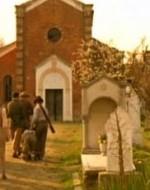 Una piccola processione di uomini, donne, vecchi e bambini entra nel piccolo cimitero del paese, trascinando Attila e Regina.