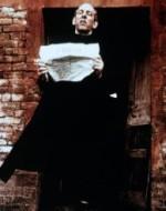 """Mani e piedi che sfasciano e distruggono… Mobili a pezzi, suppellettili frantumate… Arrivati a casa di Olmo, Attila e i suoi stanno recitando il primo atto della loro vendetta contro le cose… poi verranno le persone. Attila ha scovato una copia di """"L'Unità"""": è la prova che Olmo è un comunista. Alfredo è davanti la casa presa d'assalto. // ALFREDO (ad Attila): Chi ti ha chiesto di fare questo? // ATTILA: Ma quello è un comunista! Un sovversivo!… // ALFREDO: Non ti riguarda se è comunista o no! E' un mio amico! // ATTILA (tenendo in mano la pistola rubata da Olmo): Bell'amico! E'stato lui quello che ha rubato la pistola di vostro padre, tanto tempo fa…"""