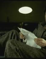 """Disteso nell'auto c'è Alfredo che sta leggendo ad alta voce una poesia.  //  ALFREDO (legge) : """"Bruum bruum / prima seconda e terza, udite / le marce più ardite / la quarta è antipatica/ vecchia, grigia e burocratica""""... //  ADA: Ti piace? // ALFREDO: Beh, sì… è molto moderna.  // ADA: Moderna? Ignorante, è futurista!"""