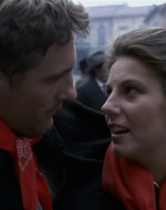 Mentre continua la marcia funebre e il corteo scorre sotto gli occhi delle guardie a cavallo e dei borghesi curiosi e ostili, Olmo e Anita si abbracciano.   // ANITA: Mi sento male. // OLMO: Sarà il bambino? // ANITA: Sei tu il bambino. Ce n'è di tempo.
