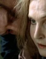 Nel solaio, Attila possiede Regina da dietro, mentre tiene la mano del piccolo Patrizio, che prova a svincolarsi. Il piccolo è in lacrime, si tira su i pantaloni e tenta di allontanarsi per le scale.