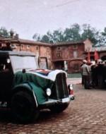 VASCO: Compagni! Arrivano i partigiani! Arriva il CLN !  // Due macchine e un camion, cariche di partigiani e di carabinieri, sfrecciano tra i contadini, andandosi a fermare in mezzo all'aia.
