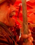 """Fisarmonica e violino attaccano """"Bandiera rossa"""" e i contadini si mettono a ballare, agitando l'enorme bandiera."""