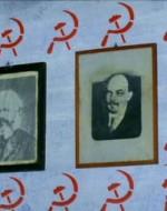 In quelle povere stanze, sulle cui mura campeggiano i ritratti di Marx e Lenin, si tiene una lezione serale.
