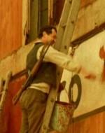 Fuori, nella corte, alcuni contadini lanciano delle bombe a mano contro il recinto del pollaio, mentre il trattore abbatte la recinzione. Altri montano sulle scale e cancellano dai muri le scritte fasciste con vernice e pennelli.