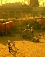 L'aia e i carri agricoli ci riportano alle forme familiari del podere Berlinghieri.