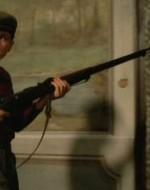 Leonida, imbracciando il fucile, entra a Villa Berlinghieri.