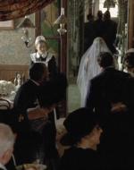 Alfredo osserva la scena, stupito come tutti gli altri invitati. Nell'imbarazzo generale Regina attraversa il salone.
