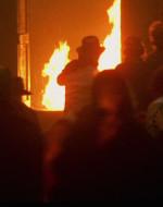 Nel frattempo, tutto il paese corre alla Casa del Popolo che brucia. E brucia perché qualcuno ha appiccato il fuoco.