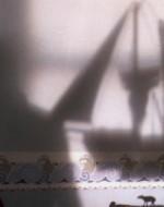 Più tardi, mentre è febbricitante nel letto della sua stanza, Alfredino osserva sul muro l'ombra di un veliero, a cui si aggiunge una sagoma familiare.