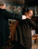 Giovanni si accorge del gioco offensivo e, tremante di rabbia, agguanta il figlio. Lo stesso fa il vecchio Alfredo con lui sferrandogli un calcio nel sedere. A sua volta, Giovanni spedisce così Alfredino a tavola.
