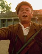 E Giuseppe, il montanaro, canta tra l'acclamazione degli altri contadini.  //  GIUSEPPE (cantando): La rugiada mattutina/ brilla al sol di primavera/ Pace e amor oggi si avvera/ per l'Italia contadina!
